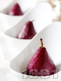 Поширани круши в червено вино с аромат на канела - снимка на рецептата